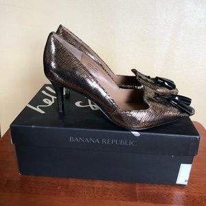 Banana Republic pumps in metallic gold